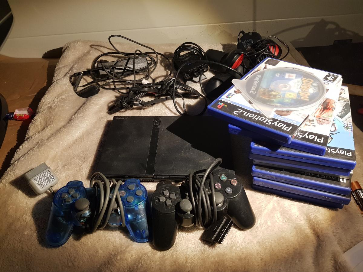 Playstation 2 slim, med diverse tilbehør og spill - åros - Playstation 2 slim selges med masse utstyr og spill. Se bilder for mer info - Buzz knapper og spill som står i maskinen - Eye toy kamera - 2 kontroller (1 skadet) - 11 spill - åros