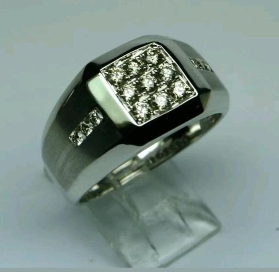 Gullring med diamanter, herre, Hvitt gull, Str 67 - Arendal - Meget flott Herrering i 10k hvitt Gull med totalt 1 ct (0.96 - 1.04) Diamanter. Diamantene er J-K / SI3, og ringen veier 6,65 gram. Str. 67 - Arendal