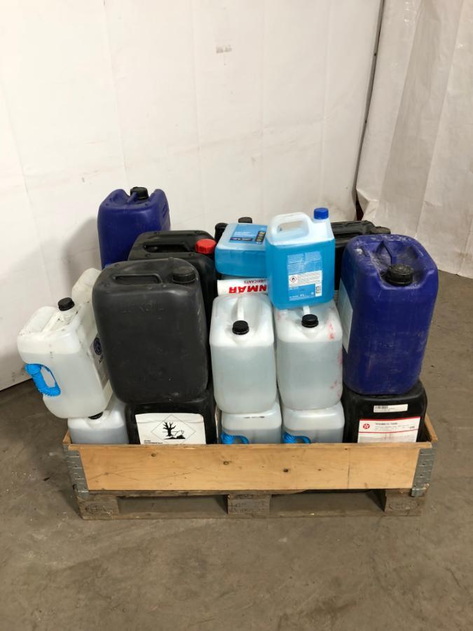 Pall med diverse kjemikalier -Ad-Blue, Hydraulikkolje, motorolje, spylervæske - Sem - Pall med diverse kjemikalier -Ad-Blue, Hydraulikkolje, motorolje, spylervæske - Sem