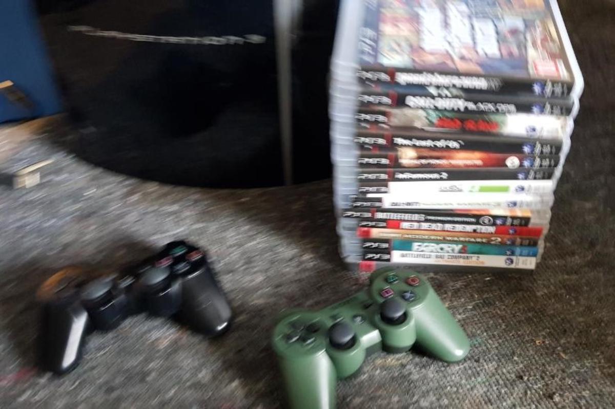 Playstation 3, 14 spill, 2 kontroller - åros - Playstation 3 - 2 kontroller - 14 spill Formatert og klar for ny eier. Kjøper betaler frakt. - åros