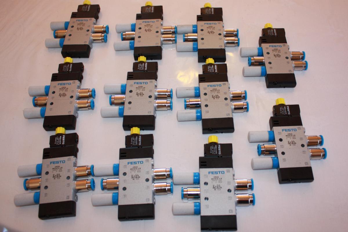 Mye Automasjon og Prosessteknisk utstyr, magnetventiler etc. Siemens- Sick -Festo -Murr mm. - Fenstad - 11 stk Festo Magnetventiler 20 Optiske sensorer med 20 reflekser. Mye forskjellige kontakter, sensorer og brytere Mange preterminerte kabler i poser, se bilder. Normal verdi over 40.000.- - Fenstad