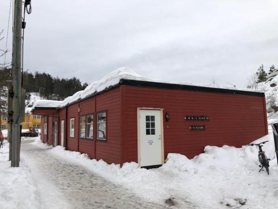 2000 8 Modulers Skolerigg - Hedalm - TEK7 - Kragerø - 2000 8 Modulers Skolerigg - Hedalm - TEK7 - Skolemodul/Undervisningsmodul - 8 moduler - Produsent: Hedalm - Fra 2000 - Tek 7 Riggen står i nærheten av Kragerø i Telemark Kommune og må hentes der av kjøper. Riggen kan ikke hentes før skole - Kragerø