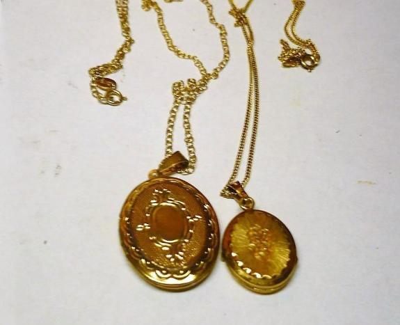 2 stk. 9 carat gullkjeder med medaljong (se bildet) - Stavanger - Fine engelske smykker. Brukte, men det kan man ikke se. 14 gram ekte gull. Nr.1 Lenke: 460 mm. Medaljong: 30x23 mm. Nr.2 lenke: Lenke: 460 mm. Medaljong: 24x17 mm. - Stavanger