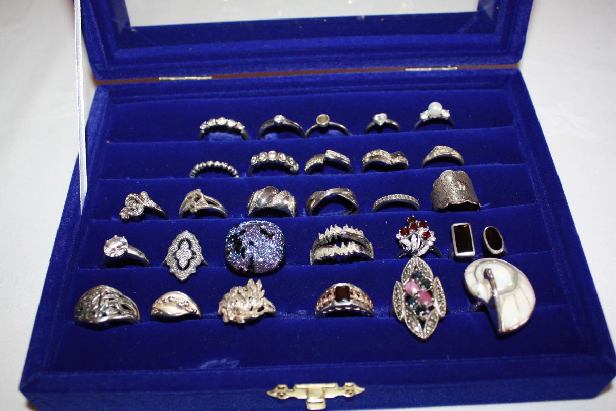 Stort vareparti med sølvsmykker. Det meste er brukt, men noe er nytt - Fenstad - Stort vareparti med sølvsmykker. Det meste er brukt, men noe er nytt. Ringer, mansjettknapper, slipsnål, kjeder, anheng, armbånd, ørepynt. Alt er med sølvstempel. Kan sendes som norgespakke, kr 145,- Kan også hentes/ leveres innen Oslo- Ak - Fenstad