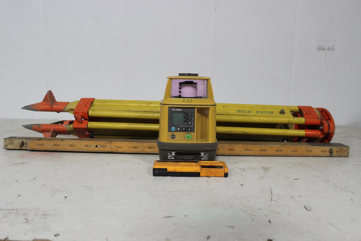 """Topcon RL-H2Sa - Laserpakke - Sem - RL-H2Sa - Laserpakke Info om utstyret: 700m   2.0mw   300/600/900r.p.m   IPX6   -20 to +50°C   685m   treffsikker ±10""""   685m   Klasse 3A   2.7 kg http://www.topcon.com.sg/survey/rl01.html Maskinen lyser, men ikke testet utover dette. Info over ka - Sem"""