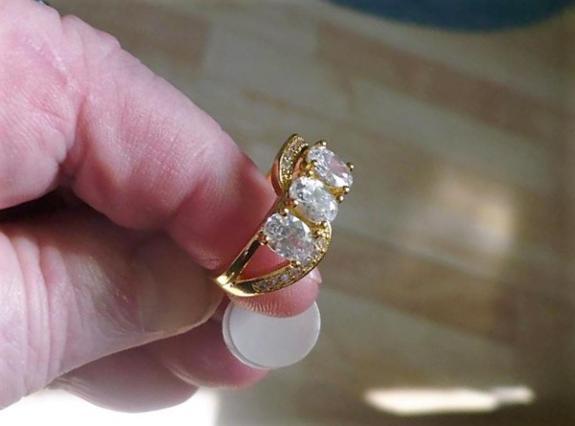 18 karat gold plated (gullbelagt) ring, Med multi hvite krystaller, strl 9 - Stavanger - Størrelse 9. Ny, ubrukt. Stempel: 18KGF. - Stavanger
