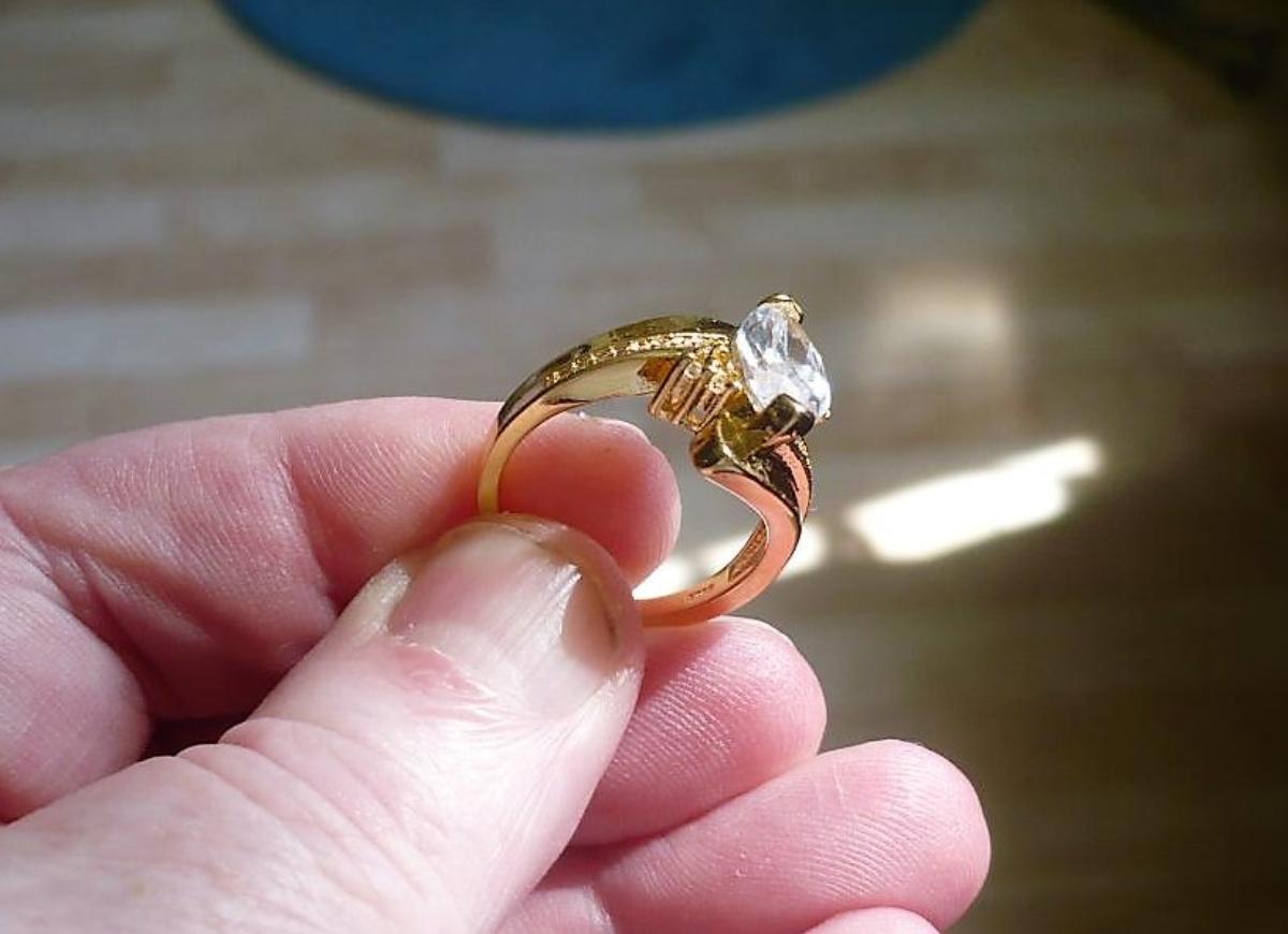 18 karat gold plated (gullbelagt) ring, Med en stor krystall, strl 7 - Stavanger - Størrelse 7. Ny, ubrukt. Stempler: 18K WGF, S925. - Stavanger