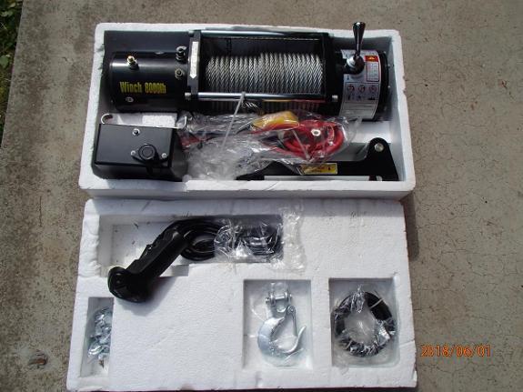 NY Kraftig 12 V vinsj med fjernkontroll og drakraft på 3636 kg - Manstad - Kraftig vinsj på 12 volt som drar skinnet av pølsa! - Trekker 3636 kg på enkel wire - Motor 12 volt 5,2 Hk / 3,8 Kw. (80. Amp. ubelastet og 330. Amp. ved full last) - 3 stage planetgir. Gearutveksling: 235:1 - Automatisk last holde brems - Fj - Manstad