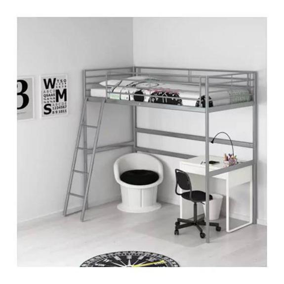 ''Loftseng'' i stål, med nyvasket madrass . - Stord - Seng tilsvarende på bilde selges høystbydende, ca hvit farge. Alt i stål. Loftsenger gir ekstra plass på gulvet, så du får plass til et skrivebord, en sofa, en garderobe ¿ eller til å lage et koselig hjørne med masse puter. Størrelse 90x - Stord