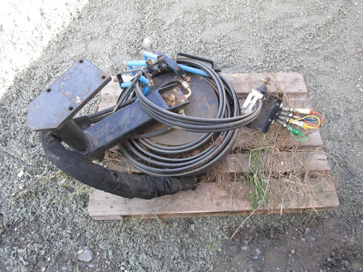 1900 Slangetrommel Hydraulikk 4 slanger - Rogne - Slangetrommel for lastebilkran, 4 slanger med fester og koblinger. Ikkje brukt, men har ligget ute nokre år. Vart oppgitt å være til ei kran med utlegg på 21 meter. - Rogne