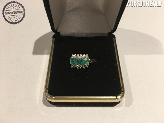 Ring-Smaragd og Topaz, takst over kr.18.000 - Risør - Ring, Smaragd og Topaz, takst over kr.18.000 Utrolig vakker ring med smaragd og topaz. Designer ring: Seabastian (www.seabastianjewelry.com) Taksert til US$ 2.345,- Ektehetssertifikat fra GLA Ringen har vært inne til polering. - Risør