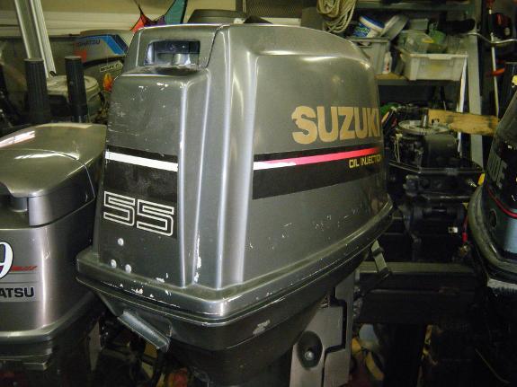 1995 Suzuki 55HK med trim og tilt - Råde - Motoren er hel og pen, går ikke pent. Kompresjon er OK. Leveres med kontrollboks Anses som repobjekt. - Råde