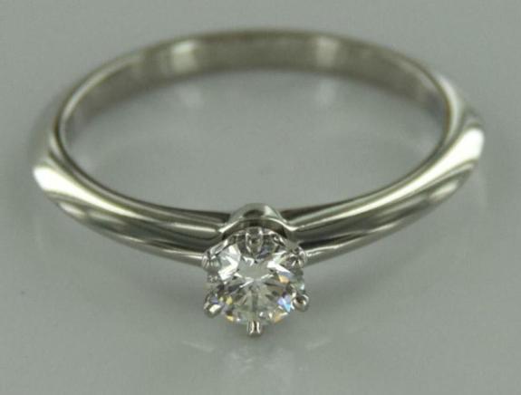 Solitaire Diamantring i platina - Arendal - Vakker solitaire forlovelsesring med Diamant på 0.25 ct SI1/H. Ringen er laget i 950/1000 Platina og veier 2,8 gram. Str. 51,5 - Arendal