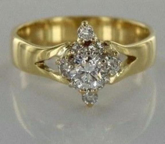 0.75 ct Diamantring i 14k gult gull - Arendal - Fantastisk pen Diamantring i 14k/585 Gult Gull Totalt 0.75 ct Diamanter, centerstenen veier 0.42 ct. Diamantenes kvalitet er SI1-SI2 i klarhet og G (Top Wesselton) i farge. Gullvekt er 4 gram. Str. 55 - Arendal