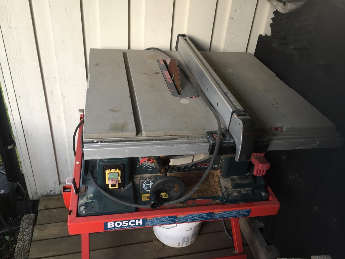 Bosch kapp og kløvsag med stativer. - Råholt - Bosch kløvsag GTS10 på stativ kjøpt i 2009/2010. Liten sprekk i plasten på feste til stativet. Fungerer bra, men trenger vel nytt blad. Bosch kapp/gjærsag med medfølgende stativ. Fungerer bra, noe skjev gjæring så trenger justering av mo - Råholt